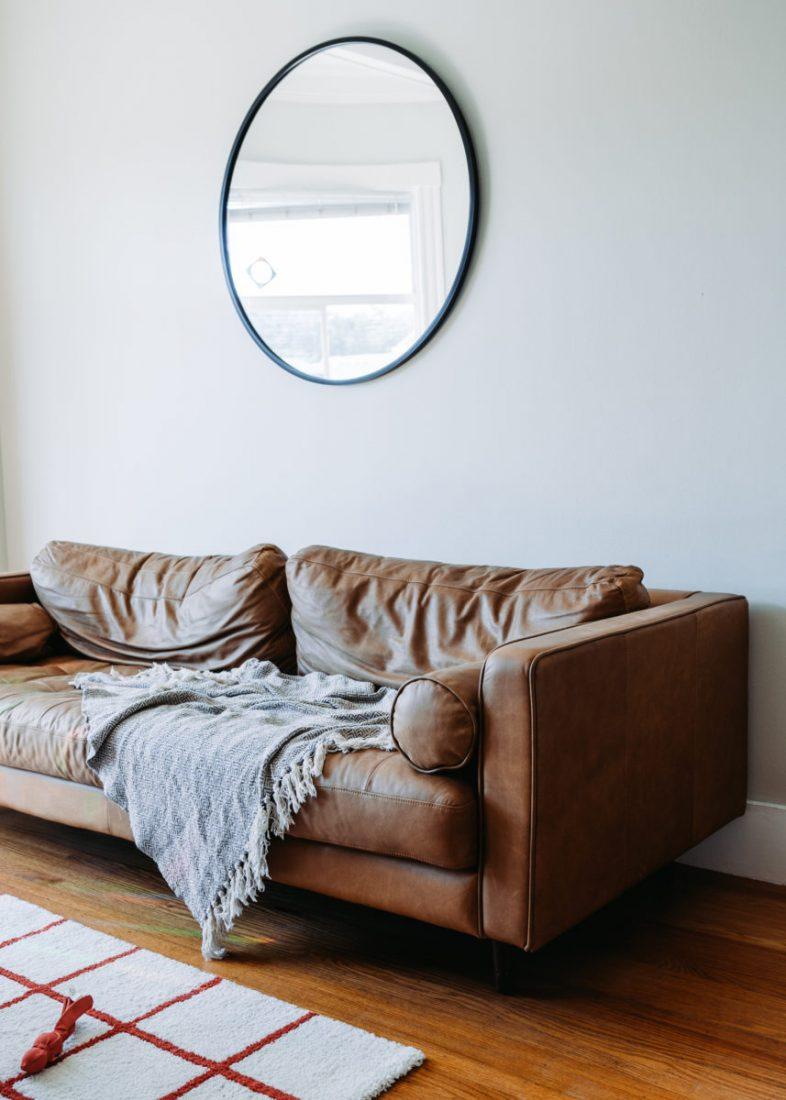 specchio dietro il divano